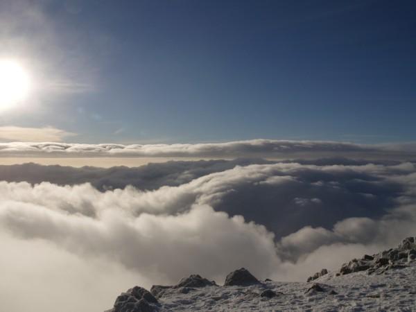 Vrchol Sněžky se chvílemi vyjasnil a před námi se  rozprostíralo  mrakové moře.